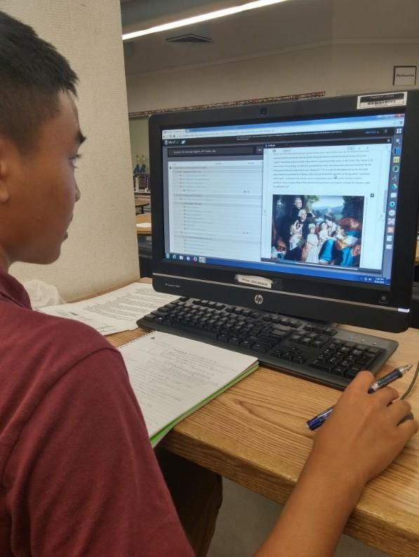 Students trade heavy tomes for e-texts